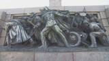 Поляха с боя и моторно масло Паметника на съветската армия в София