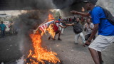 Разследват петима въоръжени американци в Хаити след дни на протести