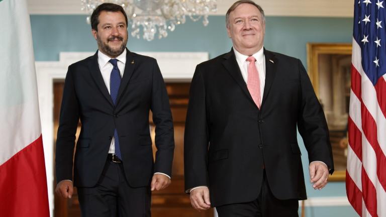 Вицепремиерът и вътрешен министър на Италия Матео Салвини се опитва