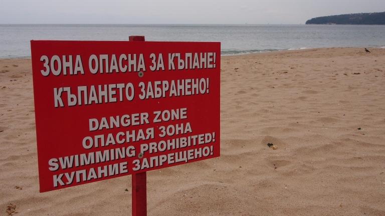 Труп лежа повече от 5 часа на плажа край Царево, още един мъж се удави