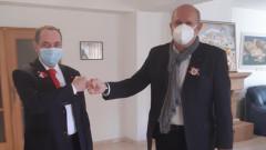 Посланикът ни в Скопие закичи с мартеница Владо Бучковски