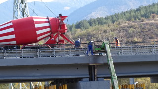 Укрепиха 13 от повредените колони от пожара на моста край Дупница