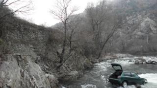 2 коли паднаха в речни корита в Благоевградско