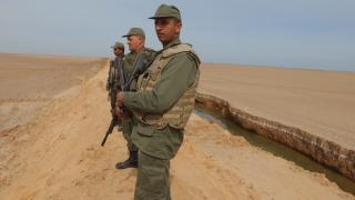 Трима войници загинаха при терористична атака в Тунис
