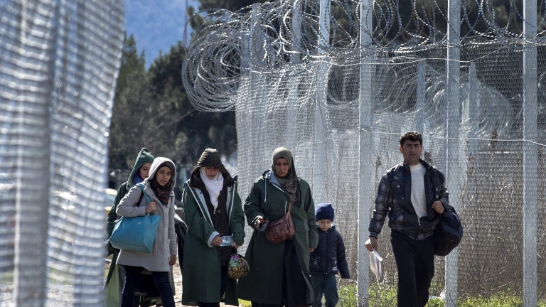 Военните остават на границата в очакване на бежанска вълна; Над половин милион живеят с пенсия под 157 лв.