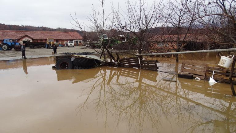Евакуират 20 души край Бургас заради риск от наводнение