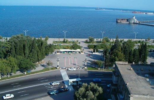 Искат демонтиране паметника на Мубарак в Баку