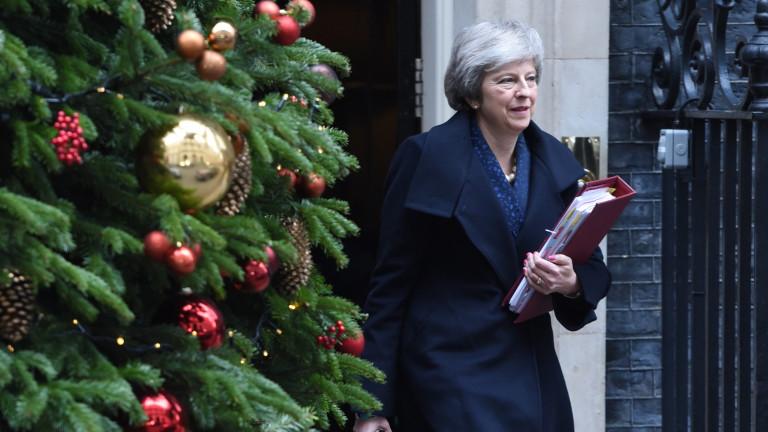 Премиерът на Великобритания Тереза Мей ще оцелее на организирания за