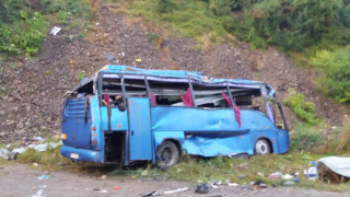 Проверяват собственика на автобуса, катастрофирал в Своге