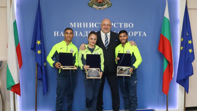 Снимка: Министър Кралев награди медалистите от Европейското първенство по бокс за мъже и жени до 22 години
