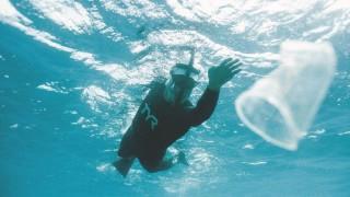 Мъжът, който плува през 500 километра боклук