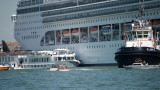 Круизен кораб блъсна туристическа лодка във Венеция