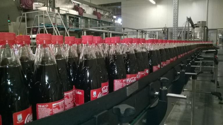 Coca-Cola използва пластмаса колкото 15 000 сини кита