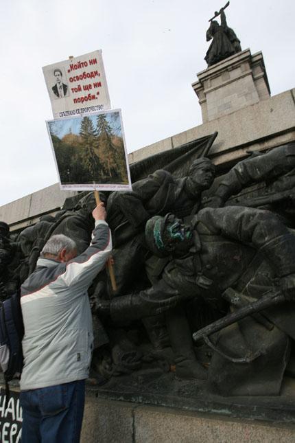 Трийсетина пиха протестно чай до паметника на съветската армия