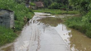 Порои наводниха къщи, дворове и улици на места в страната