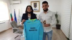 Вратарят на Арда Месут Юсуф получи плакет от кмета на Момчилград