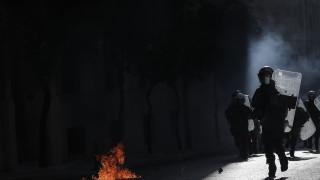 Гръцки студенти и полицията се сбиха, докато депутатите дебатират реформи