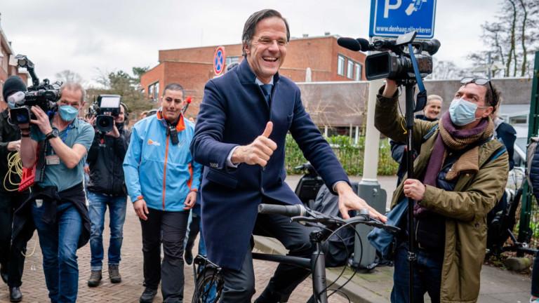 Холандският премиер Марк Рюте, който пътува до работа с колело