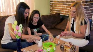 Звездни родители: Ето как майка и дъщеря се подготвиха за Великден (ВИДЕО)