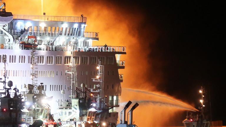 Най-малко 10 души загинаха в пожар на кораб край бреговете
