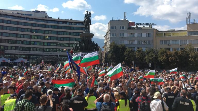 Снимка: И българите в чужбина искат оставка на Борисов-3; Нов арест по делото за тайните фабрики с цигари, пуснаха Лидка Скалата