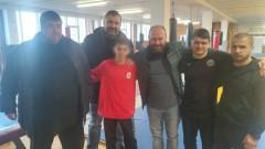 Фенове на ЦСКА и журналисти окуражиха и дадоха подаръци на съблеченото в автобуса дете
