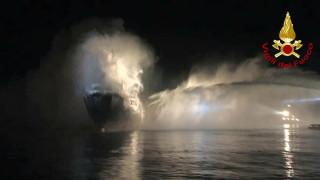 Кораб горя в италианско пристанище