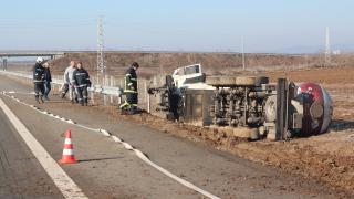 Цистерна с газ се обърна на пътя Бургас - София