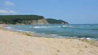 Изплуваха мазни бели топчета на плажа край Иракли