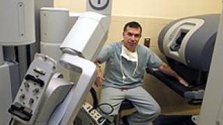 Робот-хирург отстранява рака