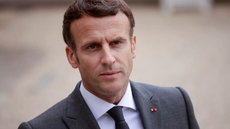 Френският президент Еманюел Макрон в телефонен разговор с и.д. премиер
