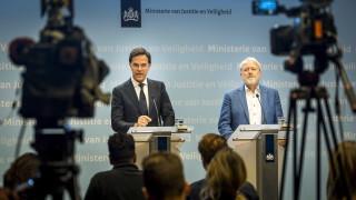 Холандският премиер призова хората да не се ръкуват и секунди по-късно забрави