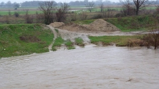 Вода затвори пътя между Монтана и Берковица