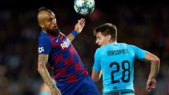Артуро Видал остава в Барселона