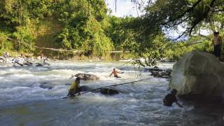 Поне деветима загинали при рухване на мост над река в Индонезия