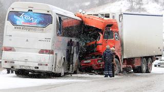 Автобус се блъсна челно в ТИР