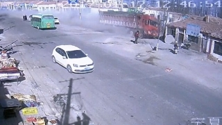 Камион помете къщи в Китай и уби петима
