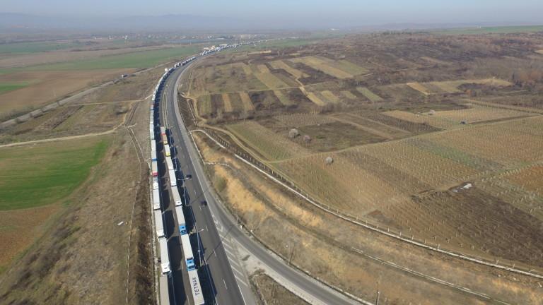 Огромни опашки на границата с Турция