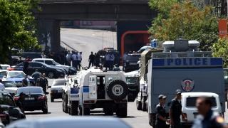 Второ денонощие полицаи от Ереван са заложници