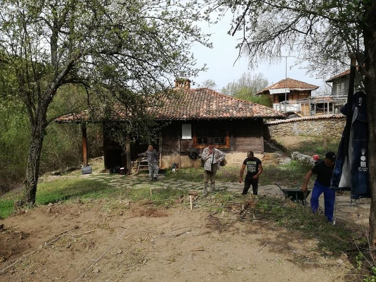 Почистване на Серафимовата къща от местни жители