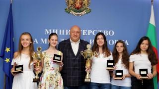 Министър Кралев връчи почетни плакети на медалистите от Европейското отборно първенство по шахмат
