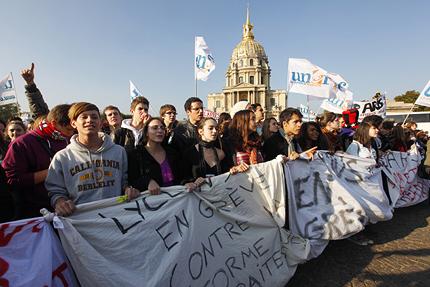 Ученици се бият с полицаи във Франция