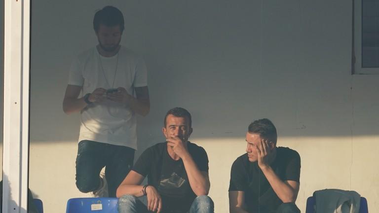 """Интересни зрители на """"Герена"""". Бившите левскари Георги Петков и Дарко Тасевски наблюдават на живо баража за класиране в Лига Европа. Компания им прави техният колега в Славия - Янис Карабельов."""
