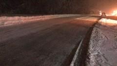 Пътищата са мокри, на места вали сняг