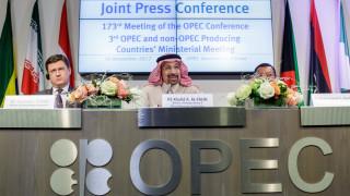 Петролът остава под $44 за барел. ОПЕК+ отложи важно решение