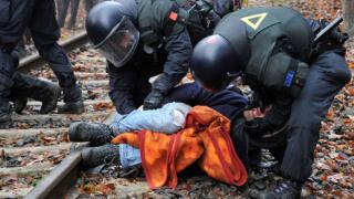 1300 еколози в ареста заради радиоактивния влак