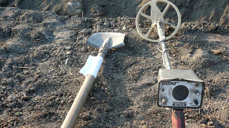 Откриха металдетектори и ценности в къщата на иманяр от Тервел