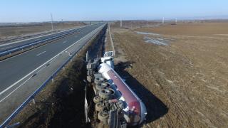 """Цистерна с пропан-бутан се преобърна и затвори магистрала """"Тракия"""""""