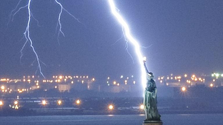 Мълния е ударила Статуята на свободата
