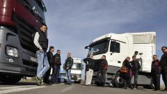 Българските превозвачи вече губят 15 милиона евро от блокадата; Разбиха нелегална фабрика за цигари край Луковит